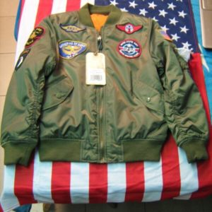 Bomber Bambino Flight Jacket Alpha Industries Inc. MA-1 100 % Nylon Verde Light Quattro Patches frontali TopGun, Gathering Of Eagles, ACE, Stelle