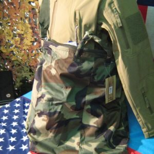 Tracolla Camouflage WoodLand WOODLAND FLYER′S HELMET BAG WITH STRAP 100% Polyestere 50 x 48 cm. Grande tasca principale munita