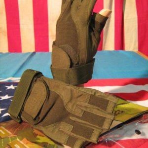 Guanti Verdi Mezze Dita Brigade SBB Oliva Impiego tattico con mezze dita. Combinazione di pelle scamosciata con Spandex per massima leggerezza